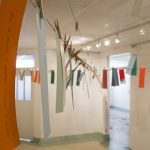Installation galerie: Corde à linge, pinces, questions-réponses rédigées par les artistes participants, à piger par le visiteur