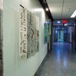 Installation corridor : Oeuvres suspendues, mobiles réalisés par les artistes participants au projet, lumière bleue immersive dans ce tronçon de corridor
